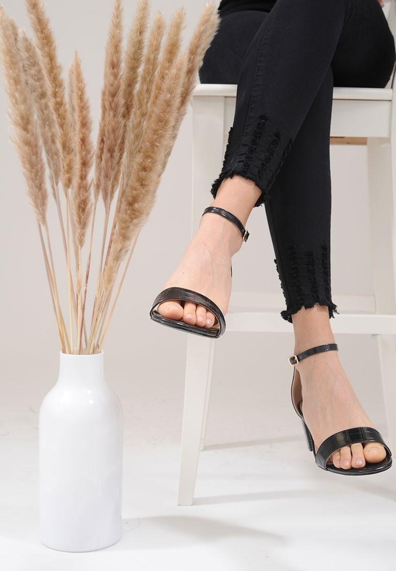 Sandales femme noires effet crocodile à talon bloc
